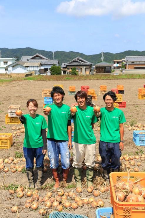 迫田瞬さんと2525ファームのメンバーの画像