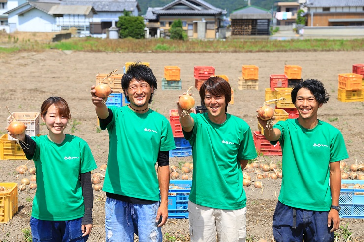 淡路島玉ねぎ蜜玉の生産者2525ファームスタッフ写真