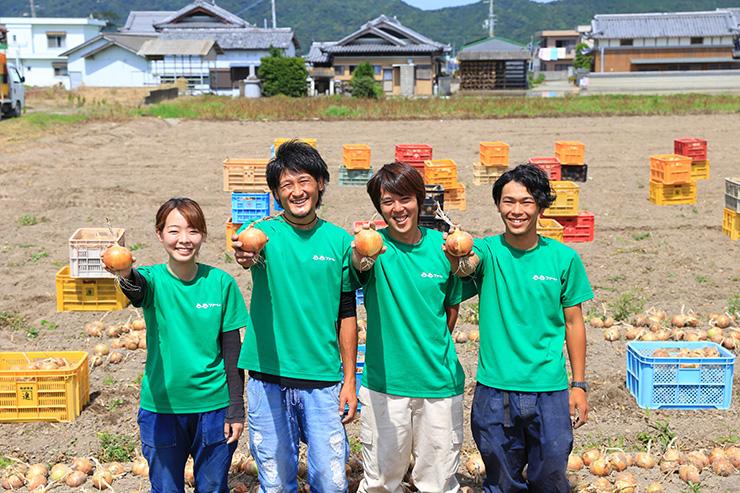 淡路島玉ねぎ 蜜玉の生産者2525ファームのメンバー
